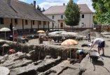 Kováts István régész előadása az iskola udvarán végzett ásatásokról
